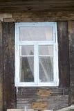 Skrapat träfönster på det gamla skjulet royaltyfria bilder