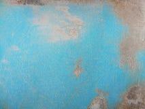 Skrapor och fläck på den blåa väggen Arkivbilder