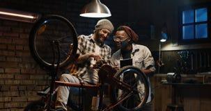 Skratt för två mekaniker i ett seminarium royaltyfri fotografi