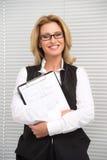Skratta affärskvinnan i den vita skjortan Royaltyfria Foton