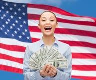 Skratta affärskvinnan med dollarkassapengar Fotografering för Bildbyråer