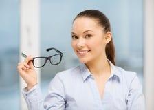 Skratta affärskvinnan med exponeringsglas Arkivfoton