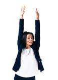 Skratta affärskvinnan med lyftta händer upp Royaltyfria Bilder