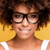 Skratta afrikansk amerikanflickan med afro arkivfoton
