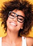 Skratta afrikansk amerikanflickan med afro arkivfoto