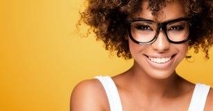 Skratta afrikansk amerikanflickan med afro fotografering för bildbyråer