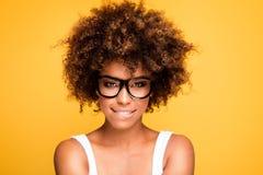 Skratta afrikansk amerikanflickan med afro royaltyfri bild