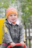 Skratta barn på gunga Fotografering för Bildbyråer