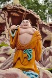 Skratta buddistisk monk på resa Royaltyfria Bilder