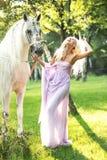 Skratta damen som går med hästen Royaltyfri Foto