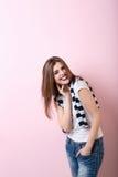 Skratta den attraktiva flickan i studion royaltyfri fotografi