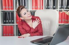 Skratta den galna affärskvinnan i regeringsställning Arkivbild