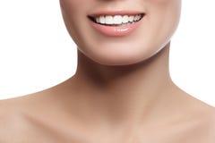 Skratta den härliga kvinnan med ren ny hud över vit backgr Royaltyfri Foto