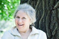 Skratta den höga kvinnan Fotografering för Bildbyråer