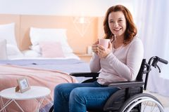 Skratta den handikappade kvinnan som har te Royaltyfri Bild