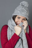 Skratta den kvinnliga tonåringen som ler i nederlaget själv under vinterhalsduken Royaltyfri Foto