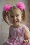Skratta den lilla ungen Lycklig liten flicka 3-4 gamla år på bakgrunden av den gamla väggen Royaltyfria Foton