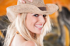 Skratta den livliga kvinnan i en sugrörhatt Royaltyfri Foto