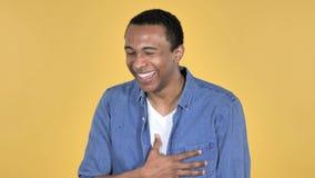 Skratta den lyckliga afrikanska mannen, gul bakgrund stock video
