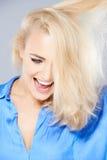 Skratta den lyckliga blonda kvinnan Royaltyfri Bild