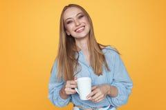 Skratta den moderiktiga kvinnan med kaffe råna royaltyfri fotografi