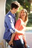 Skratta den stående yttersidan för par i nära omfamning royaltyfri fotografi