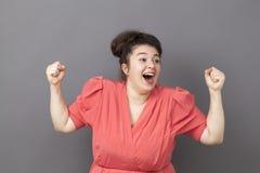 Skratta den stora kvinnan för 20-tal som uttrycker rolig framgång Royaltyfria Foton