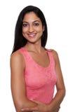 Skratta den turkiska kvinnan i en röd klänning arkivfoton