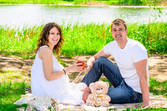 Skratta det lyckliga gifta paret på picknick Royaltyfri Bild
