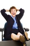 skratta för affärskvinnaskrivbord Arkivbild