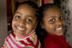 Skratta för för afrikansk amerikansystrar och bästa vän arkivbilder