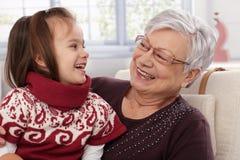 Skratta för farmor och för sondotter arkivfoton
