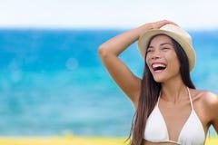 Skratta för flicka för lycklig rolig strandsommar asiatiskt Royaltyfri Foto