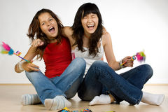 skratta för flickor som är tonårs- Royaltyfria Bilder