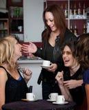 skratta för fyra vänner Royaltyfria Bilder