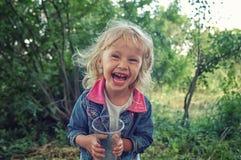 Skratta för liten flicka av högt Royaltyfria Foton