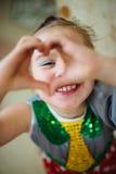 Skratta för liten flicka och showhjärta Royaltyfri Bild