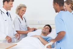 Skratta för medicinskt lag Royaltyfri Foto