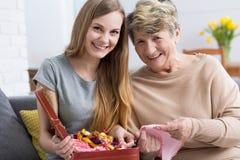 Skratta för mormor och för sondotter Arkivfoton