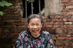 Skratta för mycket gammal kvinna Royaltyfri Foto