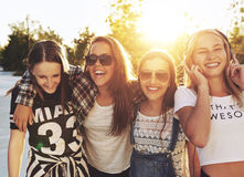 Skratta för tonårs- flickor Arkivbild