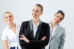 Skratta för tre ungt affärspersoner Arkivfoto