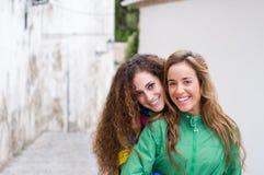 Skratta för två unga flickor Royaltyfri Foto