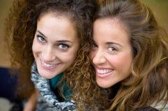 Skratta för två unga flickor Arkivbilder