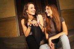 Skratta för två unga kvinnor royaltyfria bilder