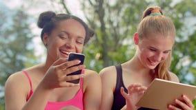 Skratta för vänner Blandras- kvinnor som tillsammans ler Slut upp av lyckliga framsidor lager videofilmer