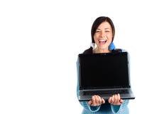 Skratta flickan med bärbara datorn Arkivfoto