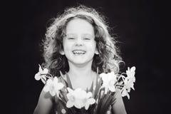Skratta flickan med en blomma i hennes hand Beijing, China Arkivfoto