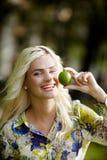 Skratta flickan med limefrukter parkera in Royaltyfria Foton
