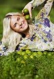 Skratta flickan med limefrukter parkera in Arkivfoton
